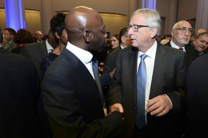El Sr. Embajador Nvono-Ncá saluda a Jean-Claude Juncker