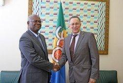 El Viceministro saluda al Secretario General de la ACP
